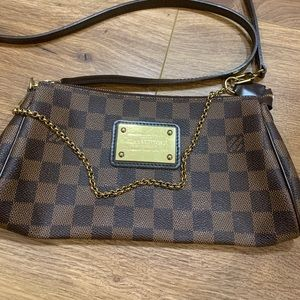 SOLD!! ‼️‼️Louis Vuitton cross body bag!
